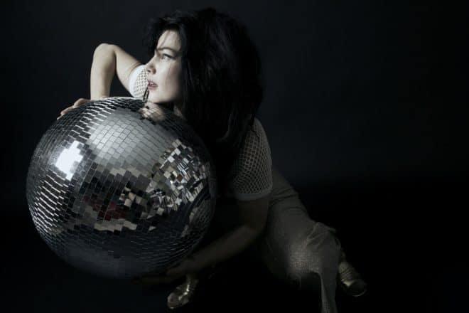 Brisa Roché est un véritable caméléon musicale, capable de passer du jazz au disco, prouvant que la pop n'a plus de frontières et peut se nourrir de tous les styles. Toujours aussi charismatique, Brisa Roché est de retour avec le maxi Lit Accent où cohabitent des titres pop-folk émouvants avec des pop-songs déglinguées et inspirées, […]