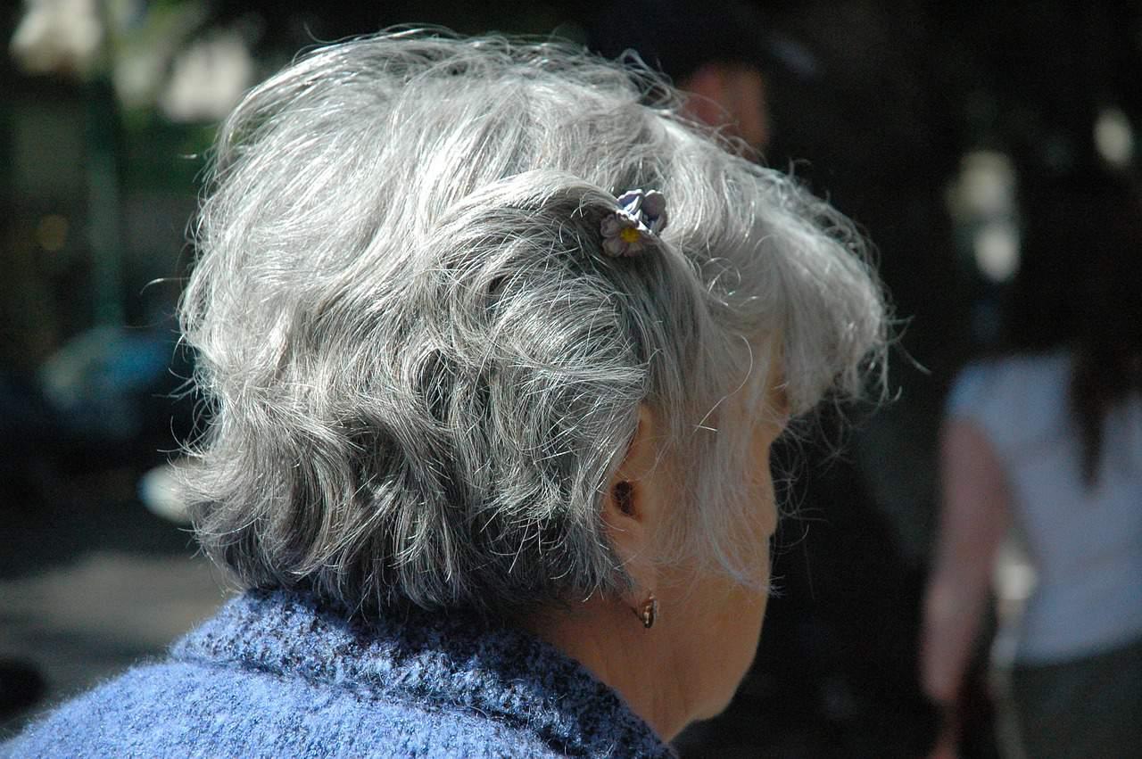Photo d'illustration. Une femme aux cheveux gris.