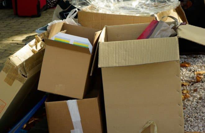 Cartons et emballages. Image d'illustration.