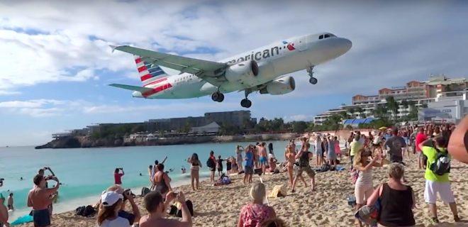 Un avion se pose sur l'aéroport de l'île de Saint Martin dans les Caraïbes