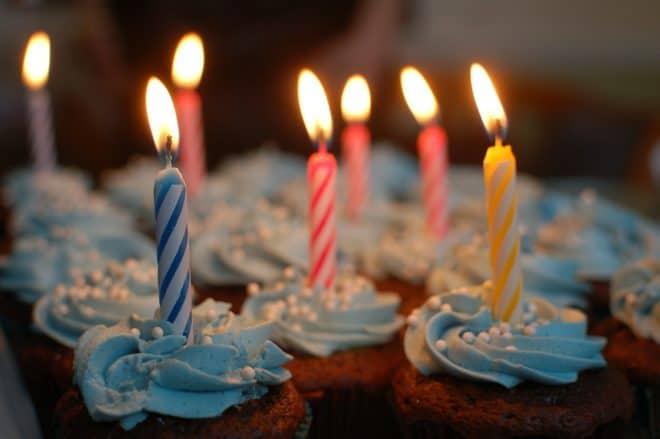 Bougies de gateaux d'anniversaire. Image d'illustration.