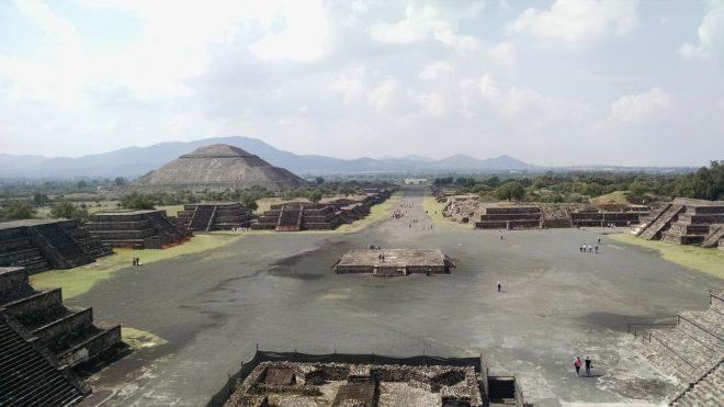 La pyramide de la Lune (gauche), dans la cité de Teotihuacán, au Mexique.