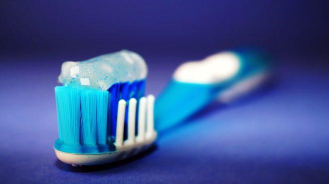 Du dentifrice sur une brosse à dents. Image d'illustration.
