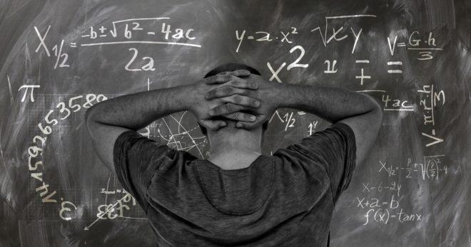 Photo d'illustration. Mathématiques et tableau noir.