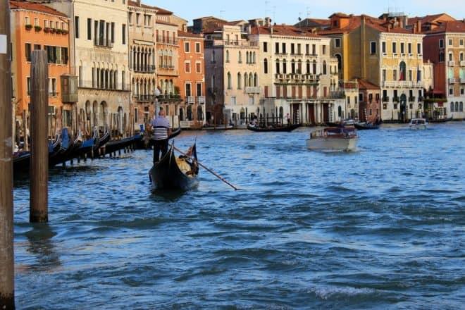 En virée romantique à Venise, des touristes français volent une gondole