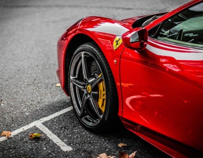 Voiture de marque Ferrari. Image d'illustration.