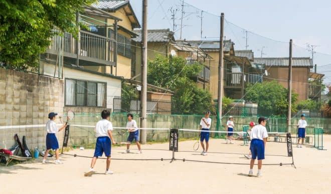 Des écoliers japonais jouant au tennis. Image d'illustration.