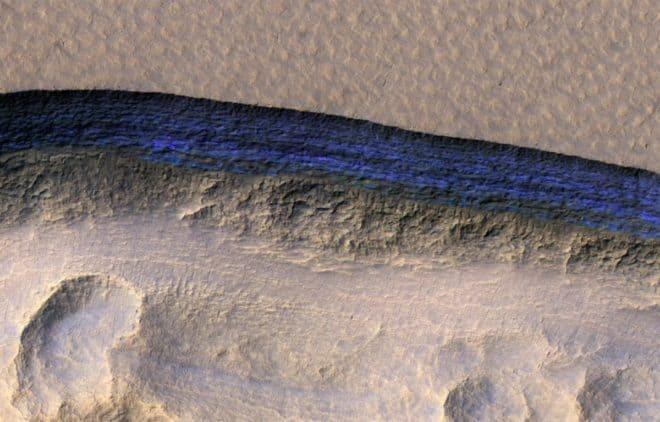 Des strates de glace (couleur bleue sur l'image) révélées par la sonde MRO.