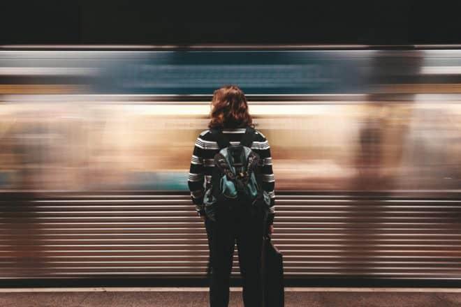Illustration. Une femme sur le quai du métro.