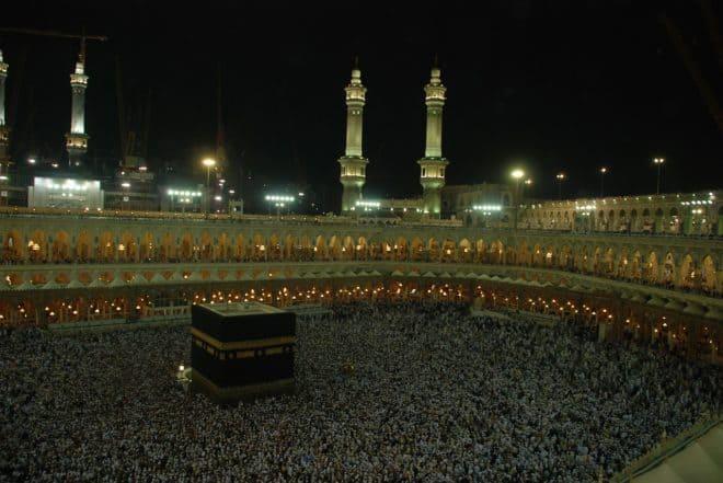 Foule rassemblée a La Mecque, en Arabie saoudite. Image d'illustration.