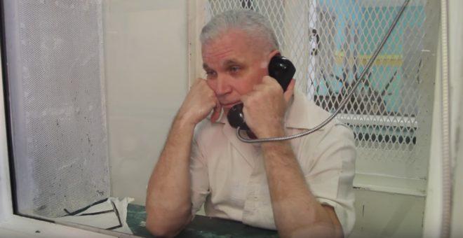 John Battaglia au parloir de la prison.