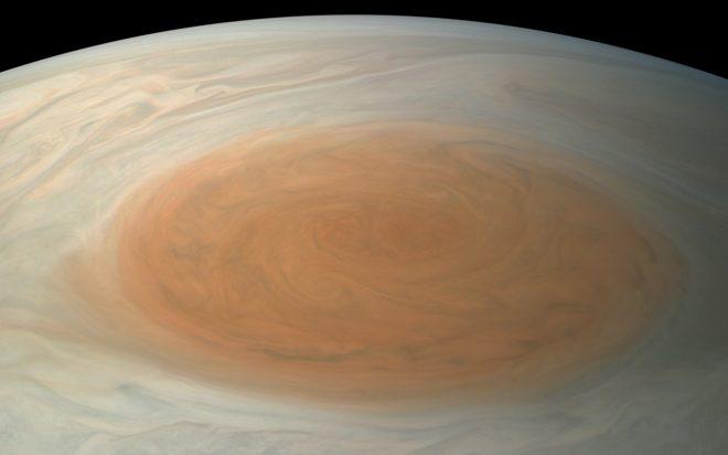 La célèbre tache rouge de Jupiter.