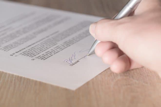 Illustration. La signature d'un contrat.