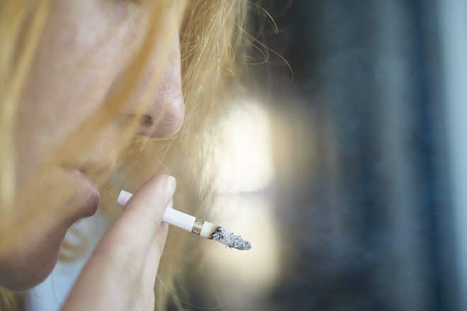 Photo d'illustration. Une femme fumant une cigarette.