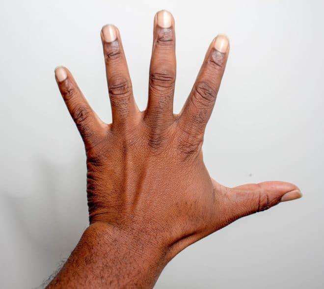 Une main et ses doigts. Image d'illustration.