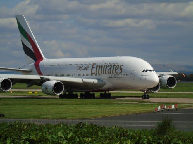 Illustration. Un avion d'Emirates sur le tarmac.