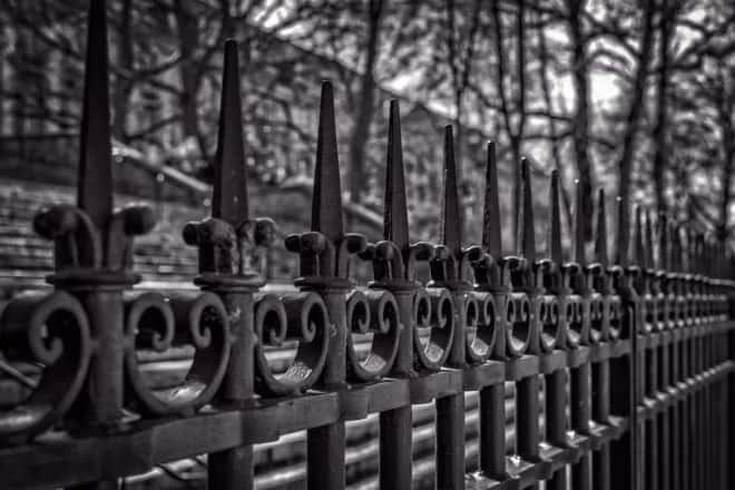 Une clôture métallique. Image d'illustration.