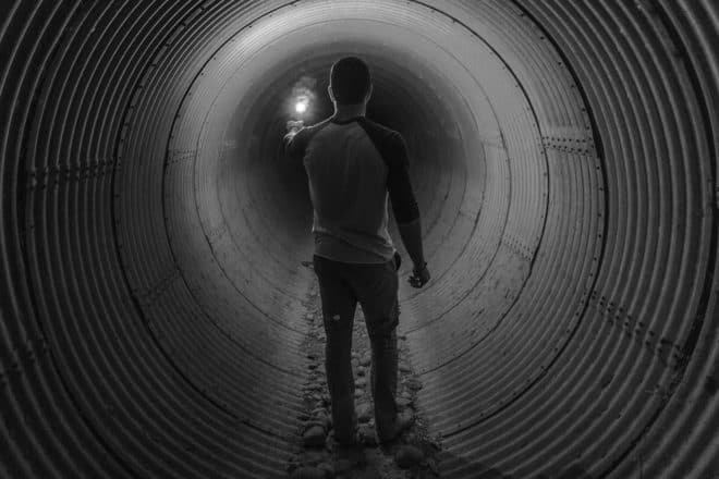 Un homme dans des égouts. Image d'illustration.