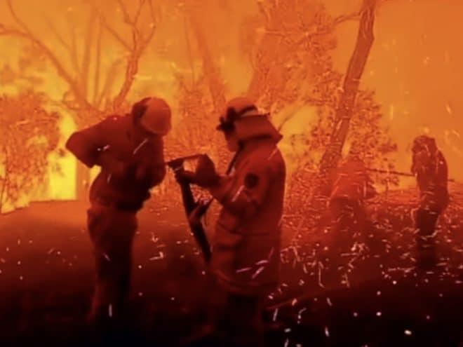 Les soldats du feu pendant l'incendie de la banlieue de Sydney, avril 2018.