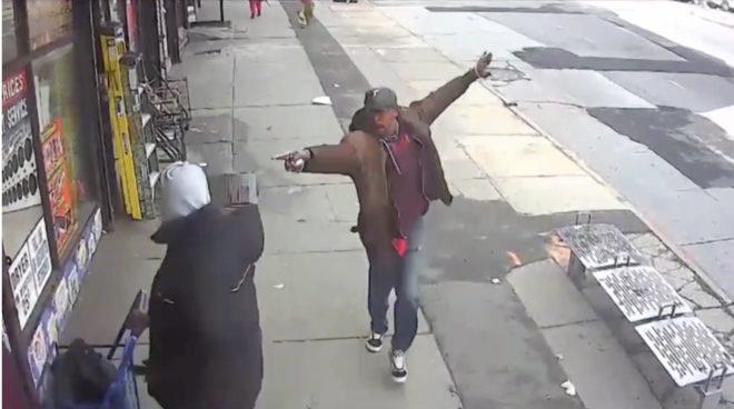 L'homme pointant un tuyau sur les passants le 9 avril 2018 à New York.