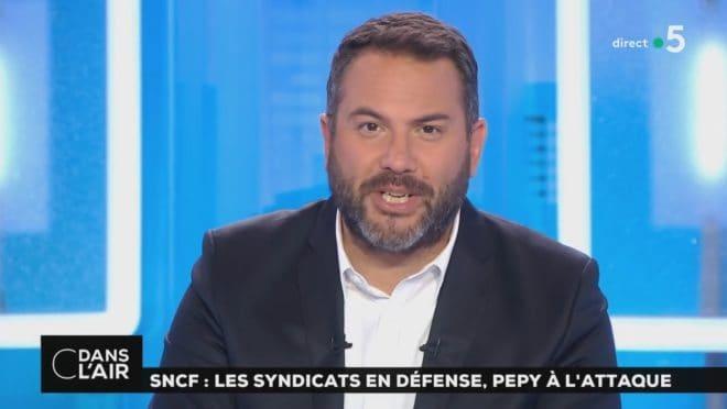 """Bruce Toussaint a la présentation de """"C dans l'air"""" sur France 5"""
