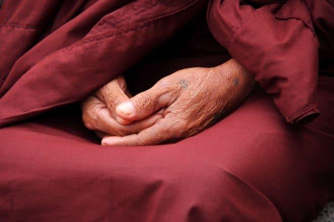 Les mains d'un moine. Image d'illustration.
