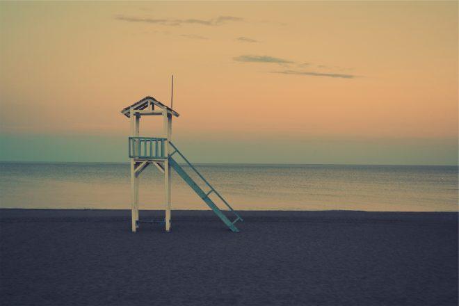 Une cabine de sauveteur de plage. Image d'illustration.