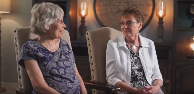 Denice et Linda apprennent, à 72 ans, avoir été échangées a la naissance