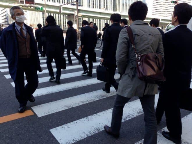 """Des employés japonais (""""salarymen""""). Image d'illustration."""