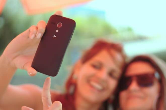 Deux femmes font un selfie. Image d'illustration.