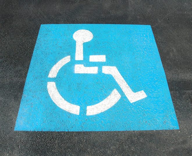 Place de parking réservée aux personnes handicapées. Image d'illustration.