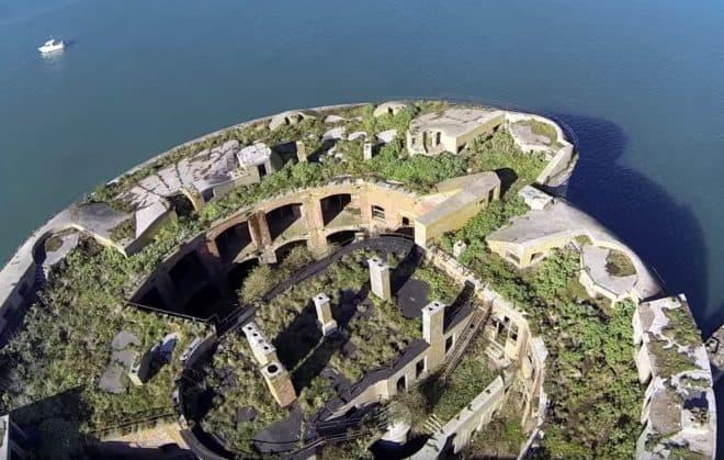 L'île de Stack Rock Fort, au large du Pays de Galles.