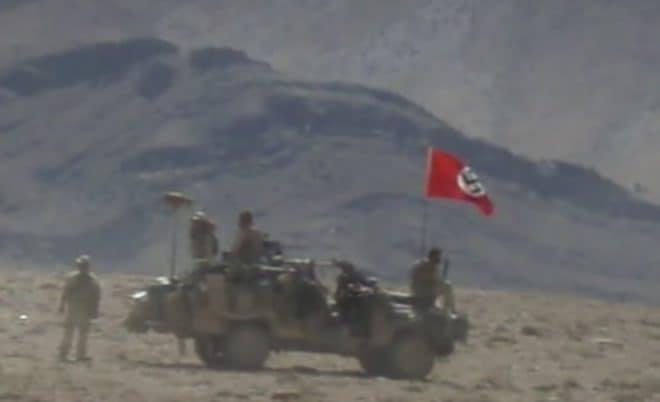 La photo d'un drapeau nazi déployé en 2007 par des soldats australiens.