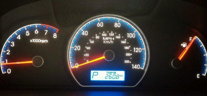 Le compteur de vitesse d'une voiture. Image d'illustration.