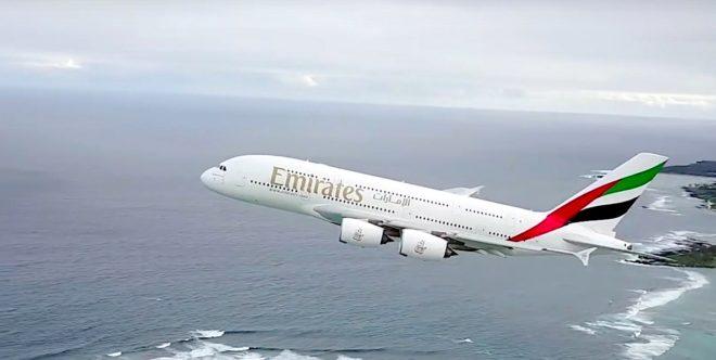 Le drone frôle l'aile de l'airbus A380