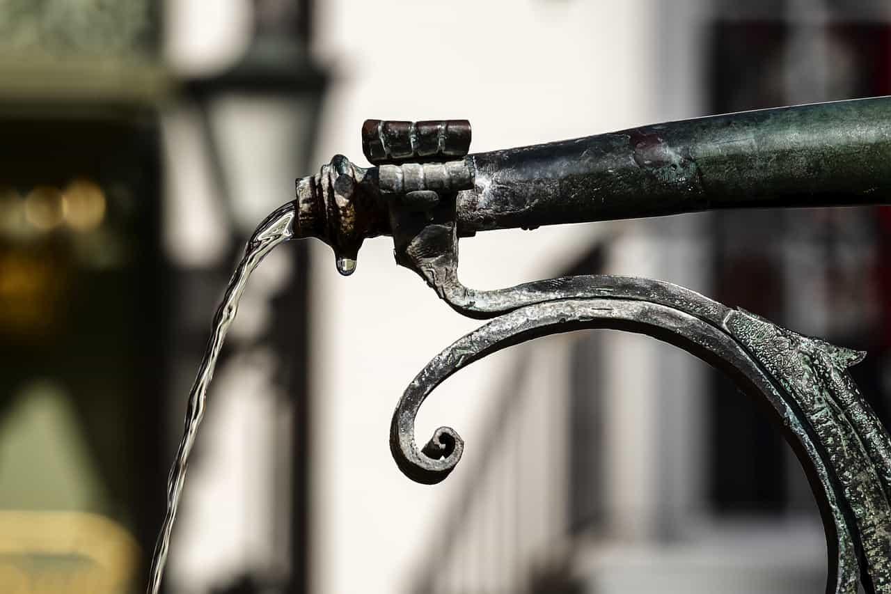L 39 eau d 39 une fontaine coup e nice pour loigner les sdf for Piscine d eau cognac