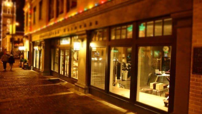 Les vitrines d'une enseigne la nuit. Image d'illustration.