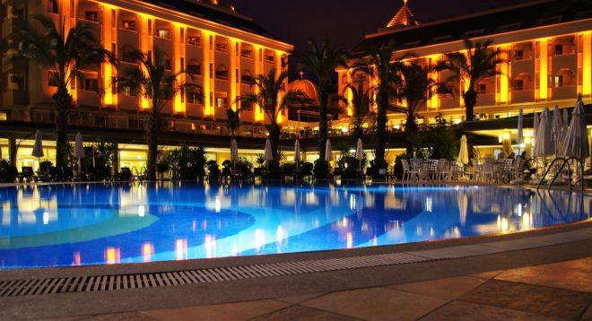 Illustration. Un hôtel et sa piscine.