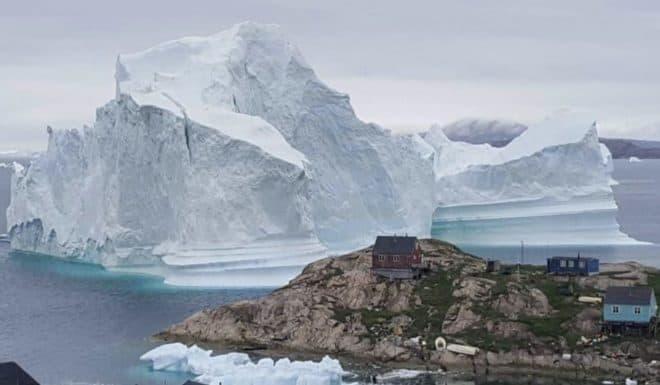 L'iceberg menaçant une zone habitée au Groenland, juillet 2018.