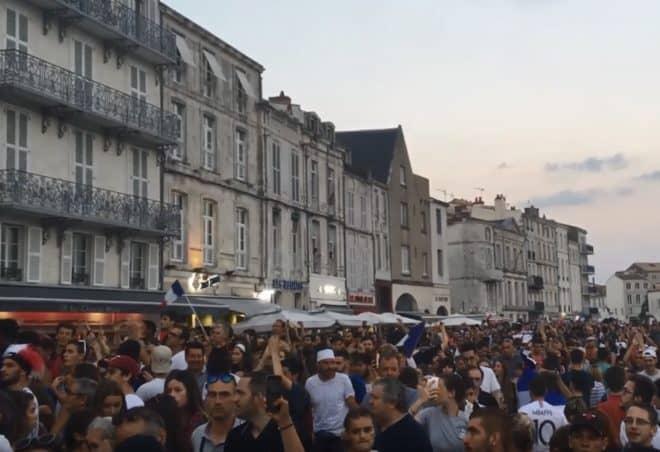 Scène de liesse à La Rochelle le 10 juillet 2018 après la qualification des Bleus pour la finale du Mondial.