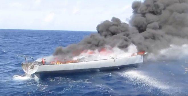 Le voilier enflammé pour détruire la cargaison de cocaïne qu'il contenait.