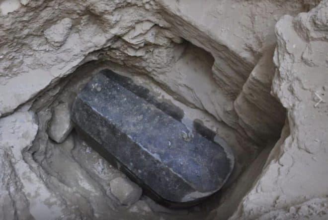 Le sarcophage de granit noir découvert au nord de l'Egypte.