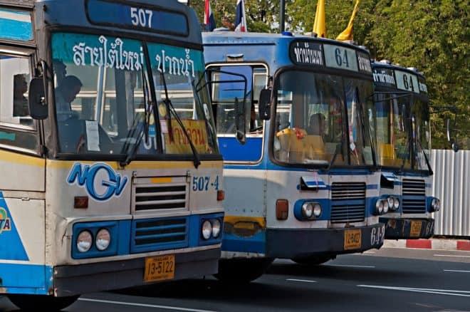 Des bus thaïlandais. Image d'illustration.