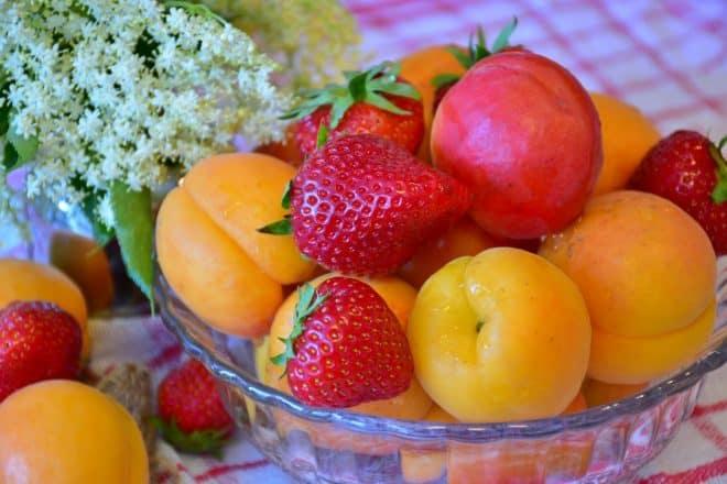 Des fraises et des abricots. Image d'illustration.