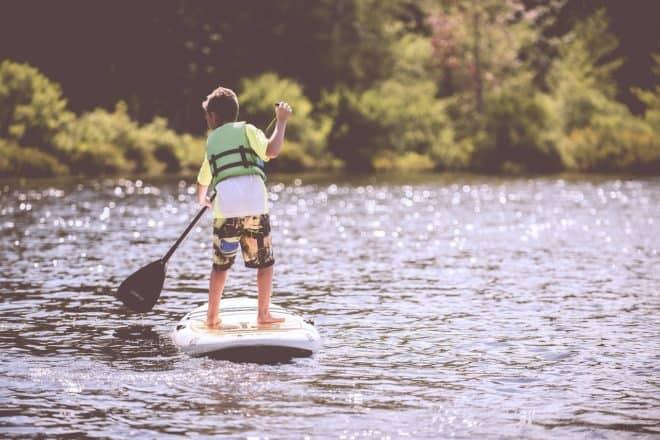 Un enfant faisant du paddle. Image d'illustration.
