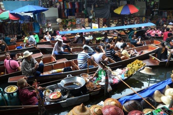 Photo d'illustration. Le marché flottant de Bangkok.