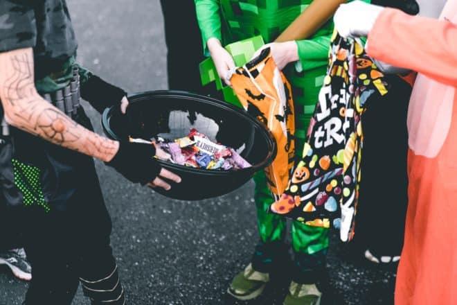 Collecte de bonbons pour Halloween. Image d'illustration.