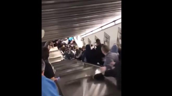 L'escalier mécanique était emprunté par des dizaines de personnes simultanément.