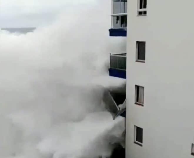 Une vague détruisant des balcons à Tenerife, novembre 2018