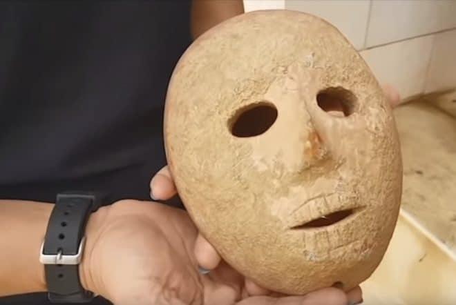 Le masque de pierre remontant au Néolithique.